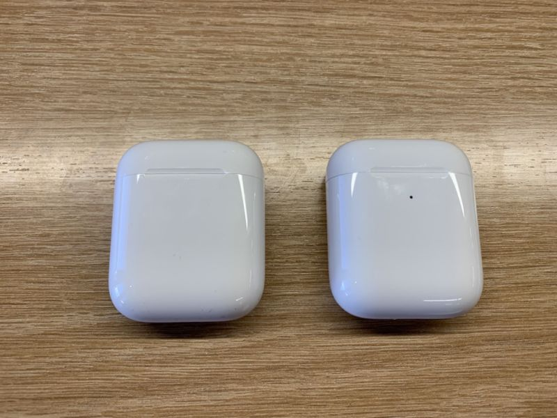 The only visible differences between the standard case and the wireless charging case is the single light on the outside. (Image: Apple)