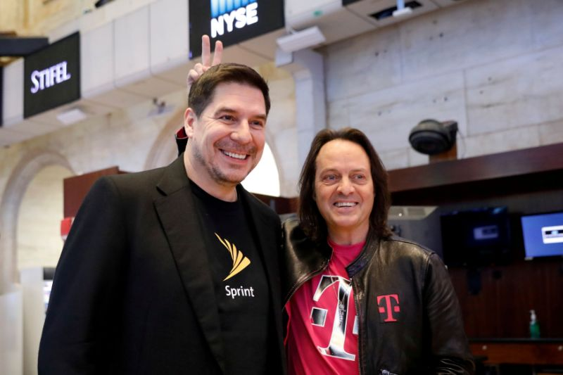 T-Mobile CEO John Legere (R) and Sprint CEO Marcelo Claure pose for pictures on the floor of the New York Stock Exchange in New York, NY, U.S., April 30, 2018. REUTERS/Brendan Mcdermid TPX IMAGES OF THE DAY